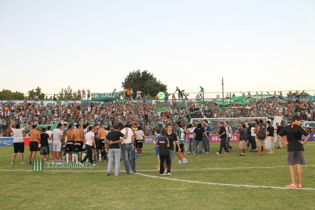 Festejo de los jugadores con los hinchas que coparon la cancha de Almagro