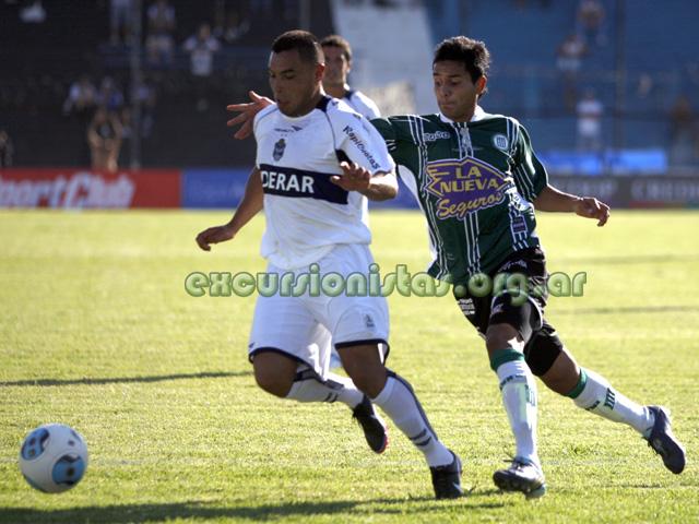 Jonathan Sotelo, de buen partido, lucha con Basualdo