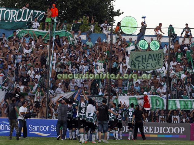 Los jugadores festejan ante la multitud que los acompañó en José Ingenieros