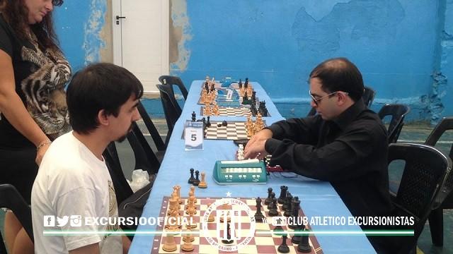 Ezequiel Gutiérrez, profesor de nuestro Club enfrenta a un jugador no vidente del club anfitrión.