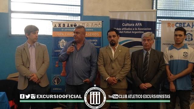 El Presidente Tapia presente en el torneo. Aquí junto a las autoridades del club  J. J. Urquiza.